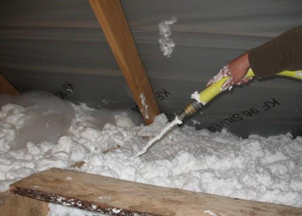 Утеплить крышу можно пеноизолом.
