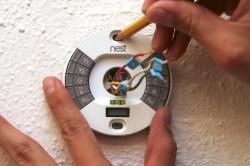 Сделайте в стене отверстие под терморегулятор.