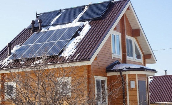 Солнечный коллектор на крыше дома