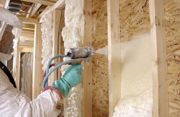 Для утепления зданий и сооружений зачастую используют пенополиуретан. Он обладает низкой теплопроводностью и им можно утеплять как изнутри, так и снаружи.