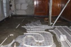 Удостоверившись, что теплый пол установлен правильно, залейте его цементом.