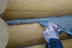 При утеплении льняными волокнами необходимо формировать прядь, которую прикладывают к щели и проталкивают вглубь специальной лопаткой.