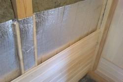 Для пароизоляции бани лучше использовать алюминиевую фольгу. Она прочная, безвредная и устойчива к гниению.